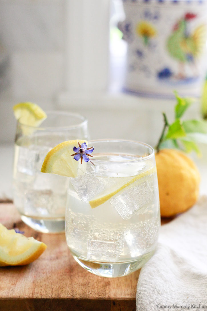 A delicious and easy Italian lemon cocktail spritzer made with limoncello and prosecco.