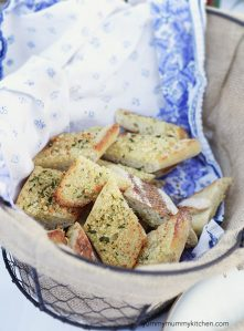 A basket of garlic bread.